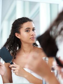 Usar cepillo de púas de jabalí y más consejos para cuidar tu cabello antes de dormir