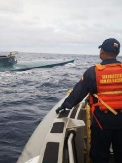 Hombre mirando submarino en el mar