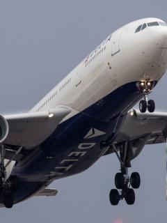 ¡Minutos de terror! Avión se desplomó y sufrió violento descenso de 9.000 metros
