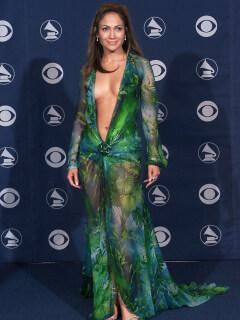 Mostrando más piel, Jennifer Lopez vuelve a usar atrevido vestido de Versace del 2000