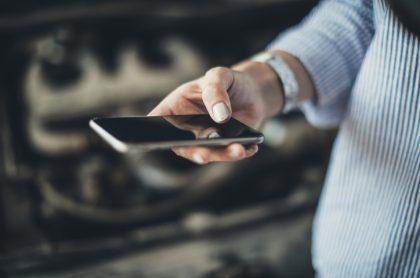 Hombre con celular en mano