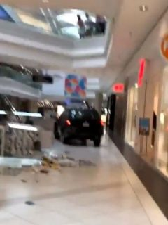 [Video] Joven entró camioneta a centro comercial y estrelló lo que encontraba a su paso