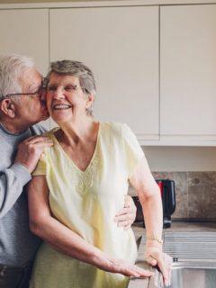 A sus 86 años, amoroso anciano lucha contra Alzheimer de su esposa para que lo recuerde