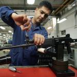 Operario de Indumil trabaja en u fusil Galil