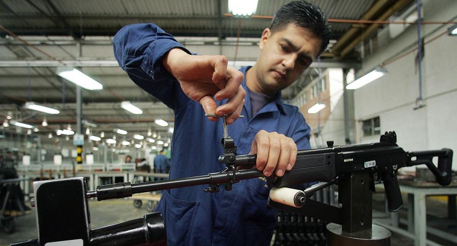 Operario de Indumil trabaja en un fusil Galil