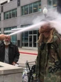 [Video] Hombre roció extintor en la cara de fumador que no quiso apagar cigarrillo