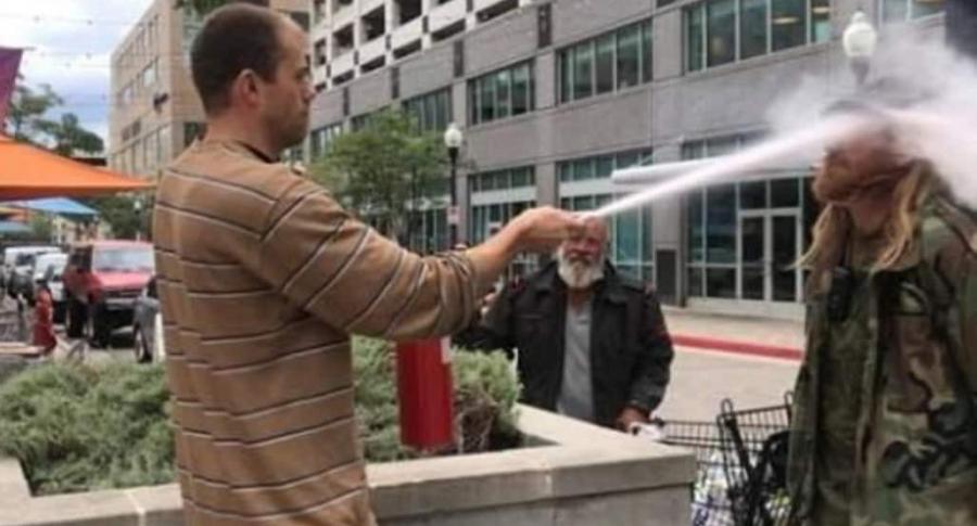 Hombre rocía con un extinguidor a fumador.