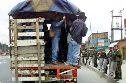 Personas subidas en camión