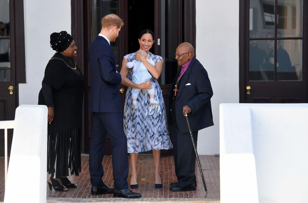 Príncipe Harry y Meghan Markle con su hijo, y el arzobispo Desmond Tutu