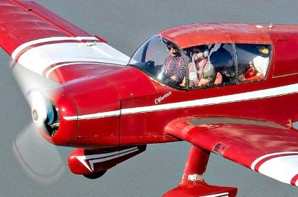 Hombre en avioneta.
