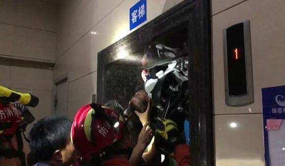 bebé China atrapado en ascensor