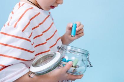 Niño guardando batería en recipiente