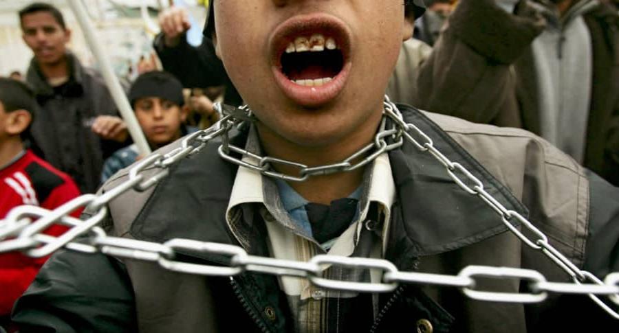 Niño encadenado en protesta