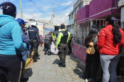 Autoridades ecuatorianas recogen los cuerpos