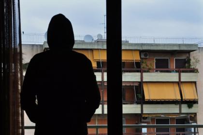 Hombre en un balcón.