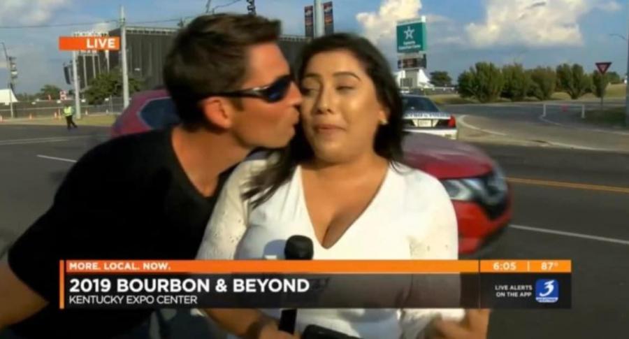 Hombre besa a reportera.