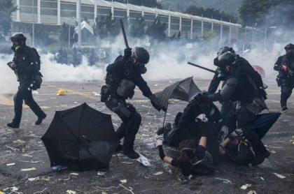 Policía de Hong Kong golpeando a manifestantes