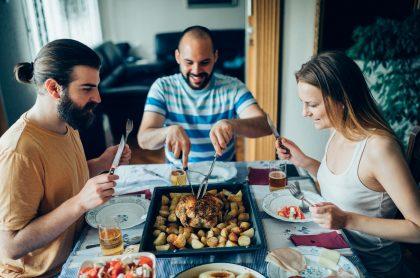 Amigos comiendo