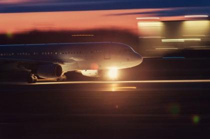 Avión en aeropuerto.