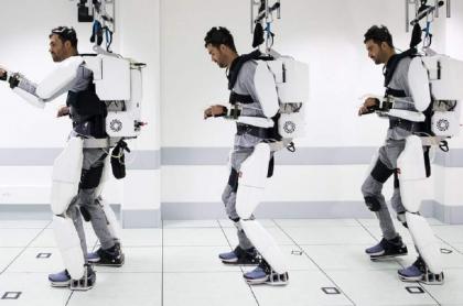 Thibault usando exoesqueleto