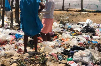 Indígenas Wayuu buscando comida en la basura