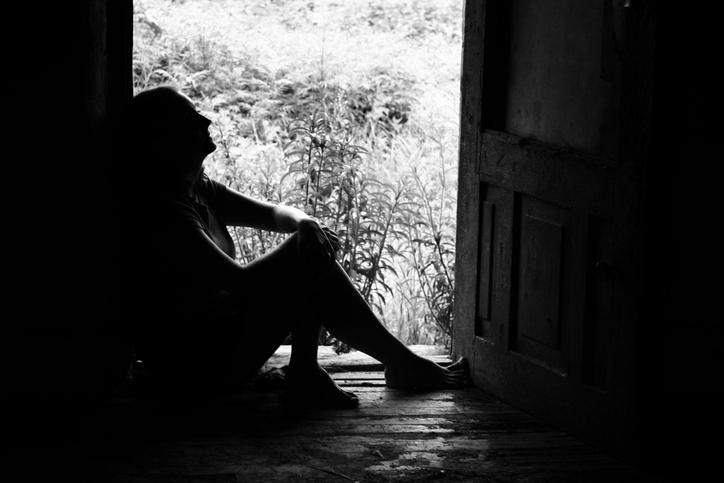 Mujer sentada piso (blanco y negro)