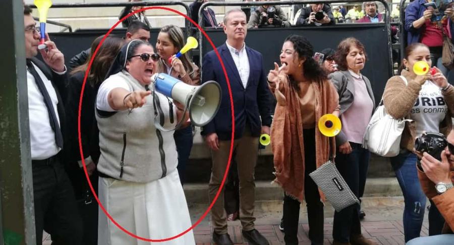 Monja defendiendo a Álvaro Uribe