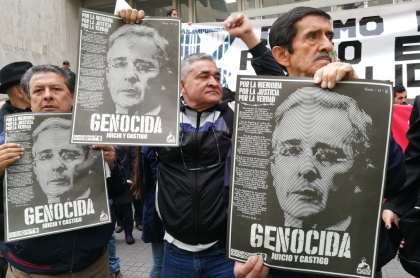 Carteles contra Álvaro Uribe en primer día de indagatoria