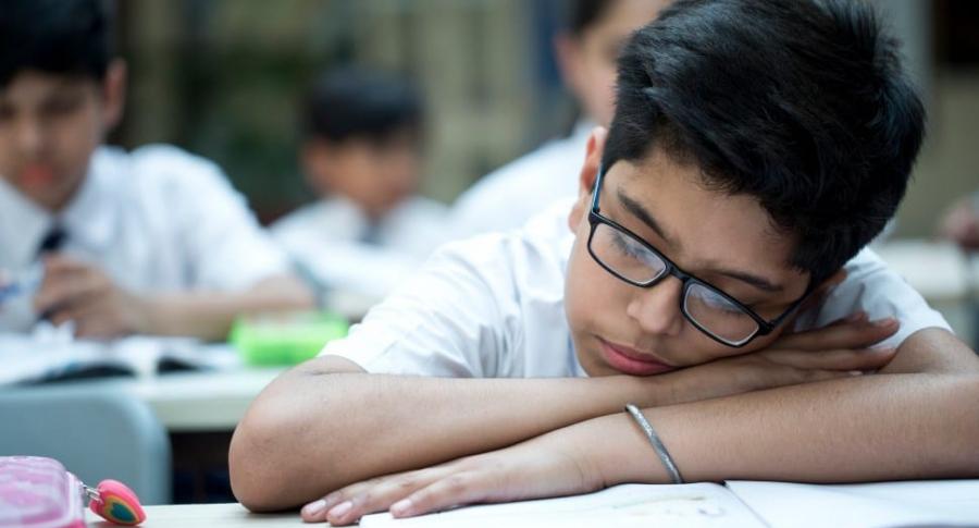 Estudiante dormido en clase.