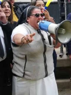 Anuncian teletón por falsa monja uribista; se suma a ayudas que ella recibe y vende