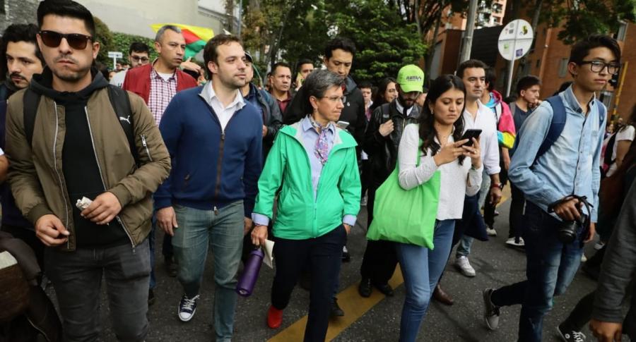 Claudia López marchando con estudiantes