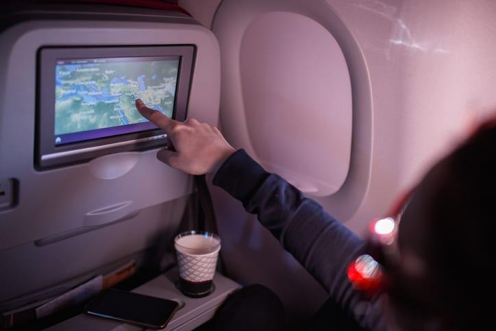 Pantalla digital en asiento de avión