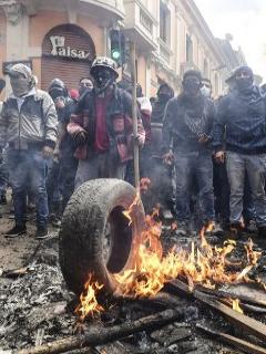 Presidente de Ecuador decreta toque de queda y militarización para apaciguar protestas