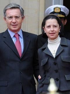 ¿Qué hacían la esposa y las nueras de Uribe mientras él declaraba en la Corte?