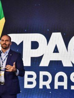 Hijo de Bolsonaro luce camiseta de un arma y la cara de Trump en burla a siglas LGBT