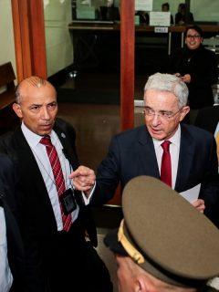 """""""Club de banqueros"""", y otros acompañantes de Uribe en receso de su audiencia ante Corte"""