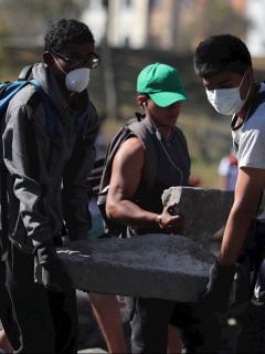[Video] Ecuatorianos limpian las calles luego de acuerdo y días de violentos desmanes
