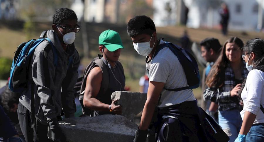 Ecuatorianos limpian calles y recogen escombros
