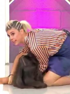 [Video] A mujer le dio el patatús al ver que le cortaron 30 centímetros de pelo, ¡en TV!