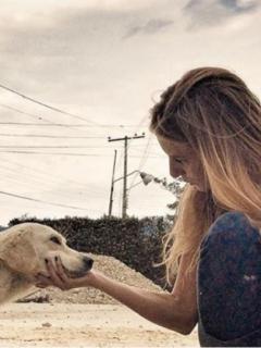 Denuncian a actriz por invadir el espacio público con dispensador para perros