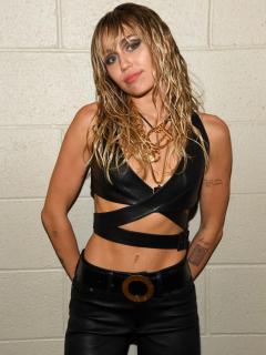 En ropa interior, Miley Cyrus da apasionado beso a su nuevo amor