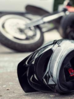 [Video] Imprudente motociclista salió a volar al chocar con carro a unos 180 km/h