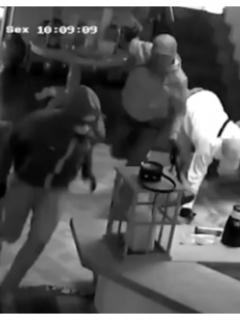 [Video] Valiente hombre se enfrenta a tiros a 5 ladrones y evita que roben su casa
