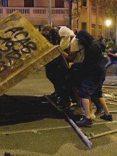 Presidente de Cataluña pide detener disturbios, que se están saliendo de control