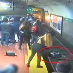 Joven se desmayó y botó a mujer a vías del subte