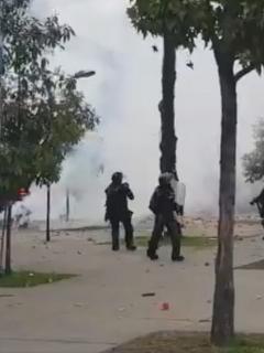 [Video] Fuertes disturbios entre encapuchados y el Esmad cerca de la U. Nacional
