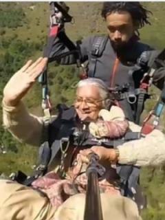 [Video] Abuela de 71 años tiene nervios de acero al volar en parapente sobre el Himalaya