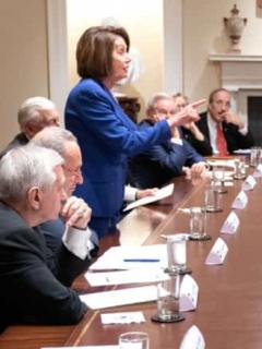 Nancy Pelosi se le paró y le manoteó a Trump durante reunión en Casa Blanca