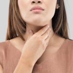 Mujer con dolor de garganta.