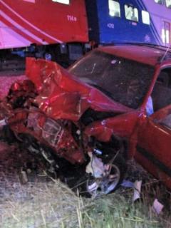 Se desmayó mientras conducía, y policía lo salvó segundos antes de que tren lo chocara